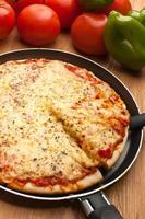 en bit pizza margarita lyfts upp foto