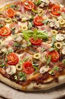 pizza med skinka och svamp foto