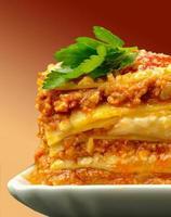 närbild del av lasagne