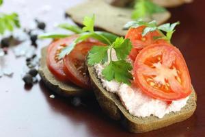 smörgåsbröd tomatsås gröna friska grönsaker foto