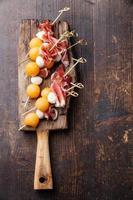 mozzarella, prosciutto, melon canapes foto