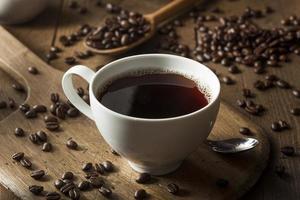 mörkt organiskt svart kaffe