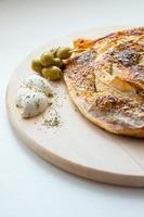 paj till frukost med oliver, grädde och oregano foto