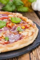 färskt gjort salami pizza foto