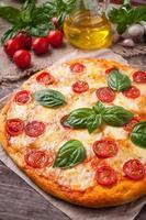 italiensk traditionell pizza margherita. hemlagad bakad läcker måltid med basilika foto