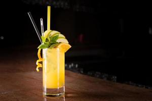skruvmejsel cocktail med färsk mynta foto
