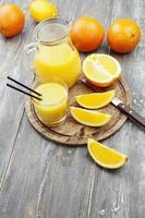 juice och apelsiner foto