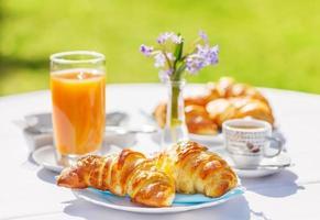 croissanter, kaffe och apelsinjuice foto