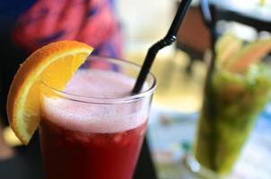 cocktail med granatäpplesaft och apelsin foto