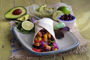tortillaomslag med guacamole bönor och avokado