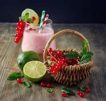 hälsosam smoothiedrink med röda vinbärsbär och lime