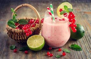 hälsosam smoothiedrink med röda vinbär och lime, sommar foto