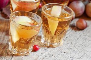 äppeljuice med skivor av färska äpplen foto