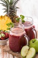 ananas, äpple och jordgubbssaft foto