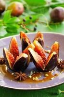 bakade fikon med karamell och kryddor. foto