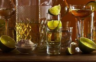 guld tequila och lime foto