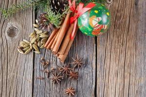 glögg recept, kryddor på träbakgrund foto