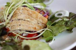 närbild av receptet för kycklingsallad. foto