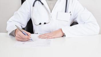 läkare skriver recept