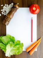 matlagningsrecept på köksbordet foto
