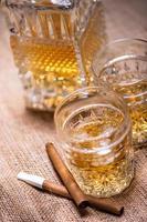 närbild av cigarr- och whiskyglas foto