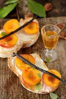 öppna smörgåsar med persika och honung foto