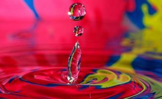 stänkande vatten, färgglad vattendroppe