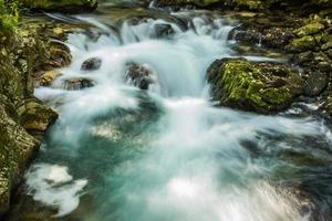 flödande vatten foto