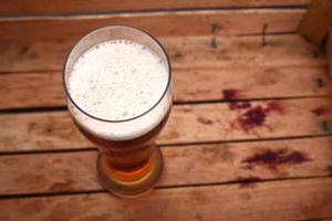 högt glas öl i en låda foto