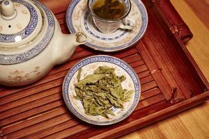 servizio da te cinese, con foglie di menta foto