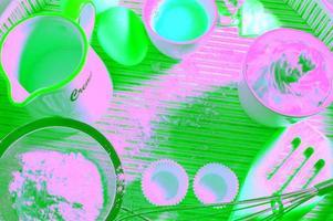 flera behållare med olika bakningstillbehör inuti foto