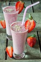 jordgubbsmoothie på ett träbord foto