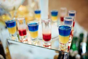 vacker linje med olika färgade cocktails foto