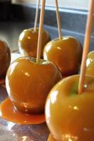 hemgjorda karamelläpplen foto