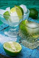 alkoholhaltig cocktail med tillsatser av kalk