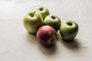 färska äpplen foto