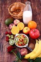 läcker hälsosam frukost med spannmålsmysli och frukt foto