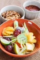 läcker fruktsallad i plattan på tabell närbild foto