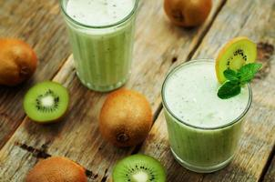 smoothie kiwi i ett glas foto
