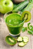 smoothie med kiwi, gurka, äpple foto