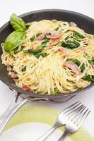 spagettipasta med prosciutto och spenat foto