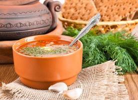 borsch, soppa från en rödbeta och kål med tomatsås. foto