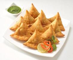 punjabi samosa med chutney