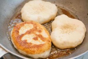 matlagning bhaturas foto