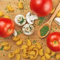 vitlök persilja svamp tomat pasta pasta foto