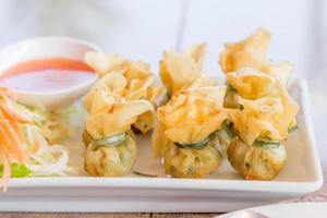 stekt fläskklimpar som är inslagna är mat Thailand
