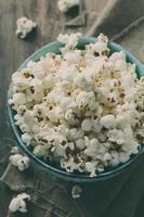 popcorn och cola på träbordet foto