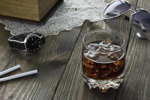 whisky och cola, glas och cigaretter foto