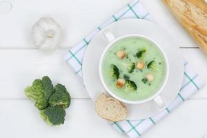 broccolisoppa i skålen ovanifrån foto