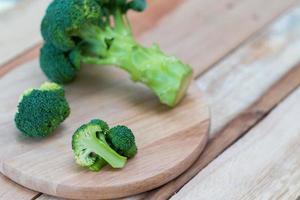 färsk broccoli på träbakgrund, broccoli träbord foto